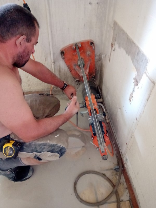 Artisan qualifié pour le carottage de mur en béton pour la réalisation d'une évacuation de WC sur La Motte-Servolex
