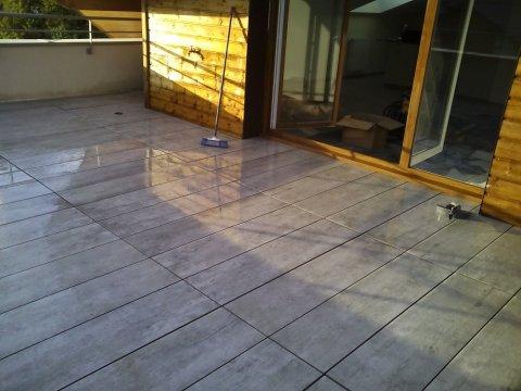 Professionnel pour l'aménagement d'une terrasse