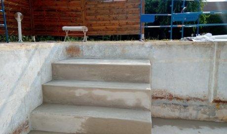Entreprise spécialisée dans la rénovation et la création d'escalier en béton pour piscine sur Albertville